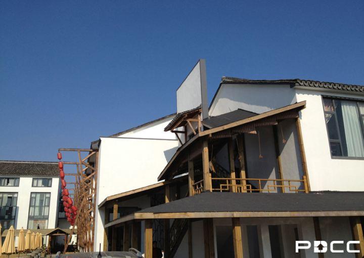 中式木结构的屋檐设计很好地继承了中国传统建筑的