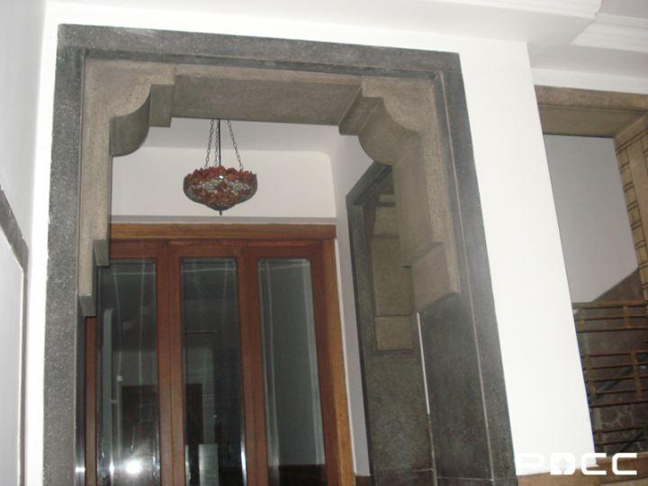 税务师事务所入口处的空间设计中规中矩,欧式的花饰吊灯将厚实的门柱
