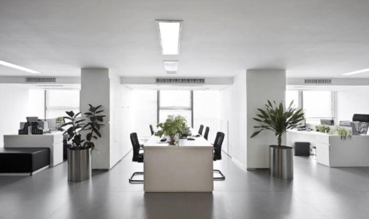 现代办公室装修中的白色简约风