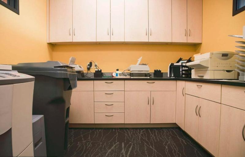 办公室装修时如何更好地布置办公设备